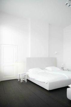 chambre a coucher blanc noir et sol parquet chene massif noir
