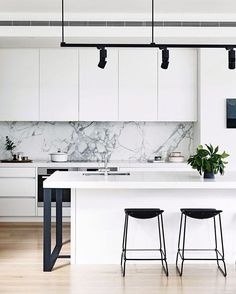 I've been on the hunt for inspiration for our kitchen mini-reno, this marble splashback is definitely ticking my boxes ✔️ from the home of Melbourne interior designer Lynn Cheong  @derek_swalwell for /houseandgarden/ by Cortese Architects