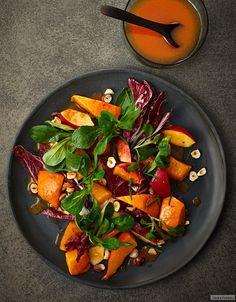 In den Farben der Saison: gebackener Kürbis, Apfel, Radicchio und Feldsalat, vornehm begleitet von einer Möhrenreduktion. Ein Trendsetter!