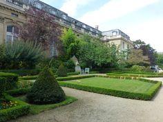 Jardin de Quatre Colonnes. Hotel de Lassay: Résidence du Président de l'Assemblée Nationale.