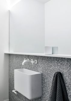 The Carlton House / Tom Robertson Architects minimal bathroom with stunning sink Minimal Bathroom, Modern Bathroom, Small Bathroom, Bathroom Ideas, Bad Inspiration, Bathroom Inspiration, Wc Public, Carlton House, Toilette Design