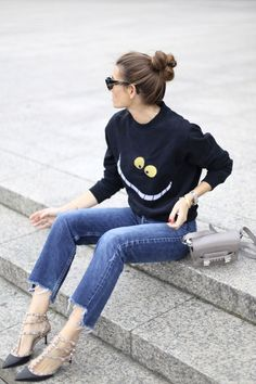 What to wear this weekend ? Try a graphic sweatshirt, frayed hem jeans, and studded pumps back to core closet pieces like cat-eye sunglasses , bangles , and a neutral shoulder bag : Casual Chic, Street Outfit, Street Wear, Girl Fashion, Fashion Outfits, Net Fashion, Denim Fashion, Street Fashion, Frayed Hem Jeans
