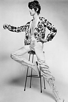 DAVID BOWIE is unarguably fashion's king of self-invention. Mod teenager, hippy with dishevelled curls, Ziggy Stardust, Aladdin Sane, Thin White Duke – Bowie has changed his style more dramatically than any other musician in history. Ziggy Stardust, Lady Stardust, David Jones, Celebrity Photos, Celebrity Style, Style Androgyne, David Bowie Fashion, Ziggy Played Guitar, Moda Masculina