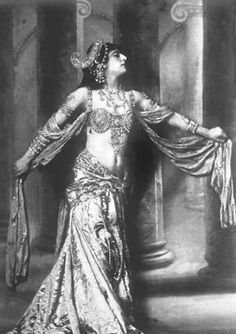 Mata Hari~The dance is a poem of which each movement is a word Mata Hari, Belle Epoque, Divas, Style Oriental, Portraits, Iconic Women, Belly Dancers, Vintage Beauty, Vintage Photos