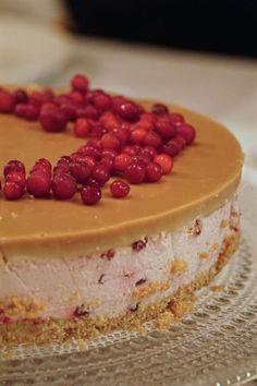 Puolukka-kinuskijuustokakku, joulun jälkkäri vaihtoehdoksi Baking Recipes, Cake Recipes, Delicious Desserts, Yummy Food, Scandinavian Food, Sandwich Cake, Sweet Bakery, Icebox Cake, Just Eat It