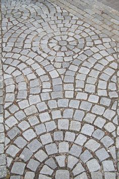 Wish this was in my backyard. Or front yard. okay first I want a yard. Paver Patterns, Brick Patterns Patio, Garden Paving, Mosaic Garden, Garden Paths, Cobblestone Driveway, Brick Paving, Driveway Design, Front Yard Landscaping