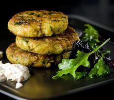 Kikherne-porkkanapihvit - Kasvisruuat - Reseptit - Helsingin Sanomat Tandoori Chicken, Salmon Burgers, Picnic, Ethnic Recipes, Food, Chickpeas, Essen, Chic Peas, Picnics