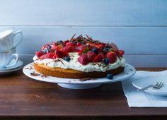 Mandelkuchen fein mit Schmand und Obst belegt - ein schneller Sommer-Sonntags-Kuchen
