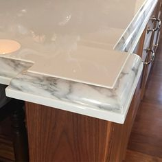 This countertop detail mixes a glass surface and a statuario marble edge to make a really interesting but subtle color combination. Not easy to achieve but well worth it. #customcountertops #kitchendesign #christopherpeacock #interiordesign