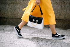 Ideas para llevar tenis con vestido street style