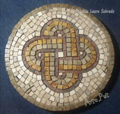 NUDO DE SALOMÓN. Mosaico estilo romano, realizado con teselas de mármol 27 cm de diámetro. Realización Arte.Pat Patricia Laura Sobrado.