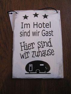 Shabby Chic Schild mit Text: Im Hotel sind wir Gast, hier sind wir zu hause plus Grafik von einem Wohnmobil Holzschild mit lustigen Spruch. Ideal für alle Campingfreunde, Wohnwagenbesitzer. Dieses Schild verschönert ihr mobiles Heim!