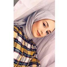 Image may contain: 1 person, closeup Modern Hijab Fashion, Hijab Fashion Inspiration, Muslim Fashion, Hijabi Girl, Girl Hijab, Hijab Outfit, Arab Girls, Muslim Girls, Teenage Girl Photography