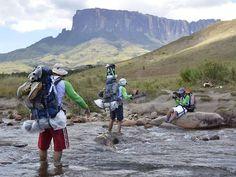 Boa Viagem - O Globo - Travessia do Rio Tek, ainda na base do Monte Roraima, com o Kukenakan ao fundo Foto: Roberto Vámos