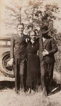 Buy online, view images and see past prices for Clyde Barrow & Bonnie Parker (Bonnie & Clyde). Barrow family photo albums and scrapbooks. Bonnie Clyde, Bonnie And Clyde Death, Bonnie Parker, Rare Photos, Photos Du, Old Photos, Bonnie And Clyde Pictures, Mafia, Famous Outlaws