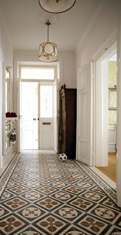 entry hallway floor hallway tile ideas entry traditional with floor tile tiled flooring patterned floor tile split level home entryway decor Entryway Flooring, Hall Flooring, Unique Flooring, Best Flooring, Flooring Ideas, Unique Tile, Vinyl Flooring, Entrance Hall Decor, Decoration Hall