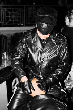 Leather Motorcycle Pants, Mens Leather Pants, Motorcycle Boots, Leather Gloves, Cigar Men, Men In Uniform, Mens Gloves, Hot Guys, Black Leather