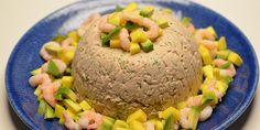 Her er tunmoussen pyntet med mango, avocado og rejer.