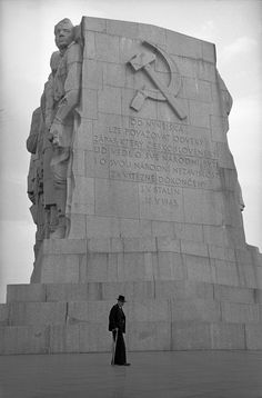 Stalin's Monument, Prague, Czechoslovakia, photograph by Erich Lessing. Prague Spring, Prague Czech Republic, Heart Of Europe, Photographer Portfolio, Old Paintings, Architecture Old, Magnum Photos, Old Photos, Statue