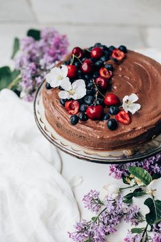 This Double Chocolate Cake is an absolute crowdpleaser. The cake itself is really moist and the creamy chocolate mousse filling makes it a wonderful treat! Coconut Sugar, Coconut Flour, Double Chocolate Cake, Toasted Pumpkin Seeds, Raw Cake, Caramel Frosting, Berry Cake, Breakfast Cake, Recipes