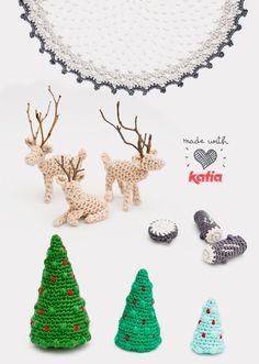 Scarica il nostro modello amigurumi e crea un micromondo natalizio all'uncinetto con abeti, tronchi e cervi