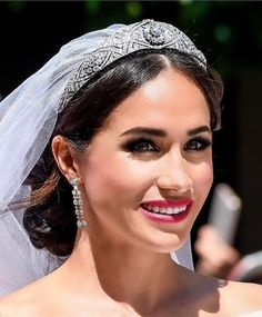 Someone has recreated Meghan Markle's wedding day makeup with red lipstick and smokey eyes - Makeup Looks Yellow Harry Wedding, Wedding Bride, Wedding Dresses, Gown Wedding, Wedding Day Makeup, Natural Wedding Makeup, Wedding News, Wedding Styles, Prinz Harry Meghan Markle