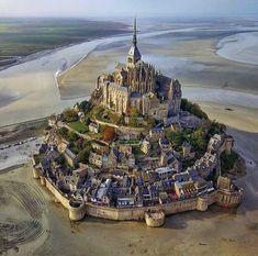L' isola di Mont Saint-Michel vista dall'alto! Normandia, in Francia. Mont Saint Michel France, Le Mont St Michel, Best Vacation Destinations, Best Vacations, France Vacations, Holiday Destinations, France Destinations, Beautiful Castles, Beautiful Places