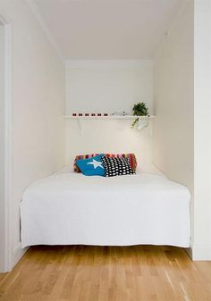 Kleine slaapkamer | Interieur inrichting plank boven bed