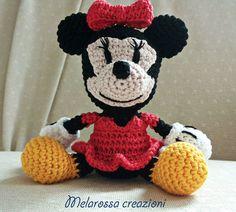 Minnie mouse bambola amigurumi fatta a mano di MelarossaCreazioni #minnie #mouse #topolino #amigurumi #mickey #mouse #doll #peluche #animal #crochet #ganchillo #haken #uncinetto #handmade #creativity #pattern #italy