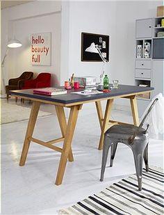 Schöner Arbeitstisch mit einer grau glänzenden Tischoberfläche. Der Tisch wird zerlegt geliefert
