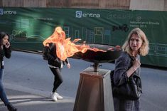 Perfectly timed photos by famous street photographer Pau Buscató Famous Street Photographers, New York Photographers, Funny Photos, Cool Photos, Crocodile Illustration, Perfectly Timed Photos, Funny Illustration, Funny Animal Memes, Funny Animals