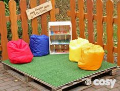 The interior designer Wendy Labrum showed a wall cladding made of gilded . grosgrain PALLET GRASS TOP – Loose Parts – Early Years – Cozy Direct Source by The interior designer Wendy Labrum showed a wall cladding made of gilded . Outdoor Learning Spaces, Outdoor Play Areas, Eyfs Outdoor Area Ideas, Outdoor Classroom, Outdoor School, Classroom Ideas, Kids Outdoor Playground, Pallet Playground, Construction Area Early Years