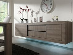 © interieurmagazine.com Het sterke lijnenspel van deze meubels is sprekend. Het contrast tussen horizontale en verticale houtbelijning geeft een moderne toets. Subtiel sfeerelement dankzij de optionele verlichting.