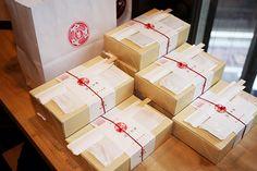 銀座魚勝謹製 弥左エ門いなり 1100円 値段以上の料理と酒で客をもてなす、知る人ぞ知る店としてグルメ業界に知れ渡ってる「銀座魚勝」(東京都中央区銀座4-3-7)。銀座界隈で通(ツウ)ならば、銀座魚勝 Japanese Design, Japanese Food, Food Dishes, Main Dishes, Gift Box Design, Steamed Buns, Food Packaging Design, Primal Recipes, Healthy Cooking