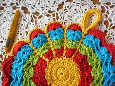 LINDEVROUW'S WEB: Gratis Haakpatroon Bloem Pannenlap ~ free pattern will need to be translated; also has great pics