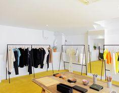 (simplicidad, ausencia de color, uso de materiales recuperados, uso de recursos naturales, uso de artículos del entorno) The Broken Arm concept store, Paris