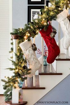 Christmas Entry Decor Garland Stockings Berries Easy ideas for decorating your foyer and stairway for Christmas Budget friendly and festive Christmas Staircase Decor, Noel Christmas, Outdoor Christmas Decorations, Christmas Stockings, Christmas Crafts, Christmas Budget, Staircase Decoration, Homemade Christmas, Spanish Christmas