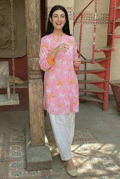 Pakistani Fashion Party Wear, Indian Fashion Dresses, Pakistani Dress Design, Indian Designer Outfits, Pakistani Outfits, Simple Kurta Designs, Stylish Dress Designs, Designs For Dresses, Stylish Dresses