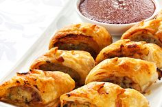 This recipe for sausage rolls make a tasty kid's snack or family meal. Perfect for school lunchboxes, an after school snack or a quick family meal served with salad, these homemade sausage rolls are bound to become a family favourite. Chicken Sausage Rolls, Homemade Sausage Rolls, Baked Chicken, Veggie Sausage, Recipe Chicken, Healthy Chicken, Mince Recipes, Crockpot Recipes, Cooking Recipes
