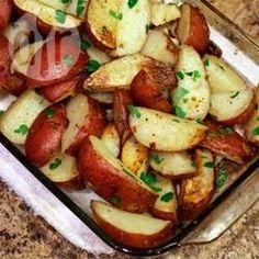 Rote Kartoffeln aus dem Backofen mit Petersilie / Diese einfachen Ofenkartoffeln bekommen durch frische Petersilie extra Geschmack und Farbe, aber richtig gute Kartoffeln brauchen finde ich nicht viel, um zu schmecken.@ de.allrecipes.com
