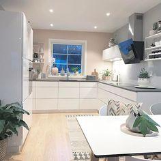 Really beautiful kitchen.  _______________________________________________  #waspsliving #waspsliving_ambassadør #kjøkkeninspirasjon #kvik #manobykvik #inspirasjonsguidennorge #boligpluss #boligplussminstil  #interiør123 #boligliv #interior #interior123 #interior2all #interior4all #interior2you #interior4you #rom123 #rom123egmont #finahem #nordiskehjem #kitchen #kitchendesign #skandinaviskehjem #interiordesign #scandinaviandesign #homesweethome #roomforinspo #mitinspo @mitlyse