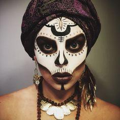 9 Witch Makeup Looks to Rock This Halloween 2019 Voodoo Witch – Das schönste Make-up Voodoo Makeup, Witch Makeup, Voodoo Costume, Voodoo Priestess Costume, Witch Doctor Costume, Queen Costume, Voodoo Party, Makeup Fx, Sexy Make-up