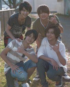 画像に含まれている可能性があるもの:4人、座ってる(複数の人)、屋外 Japanese Boy, Japanese Style, Japan Art, Woozi, Idol, Prince, King, Guys, Couple Photos