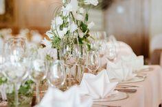 Hochzeit am Riessersee, Tischdekoration im Seehaus in Grau, Weiß, Silber und Violett - Foto by Magnus Winterholler, Gipfelliebe, Hochzeitsfotograf in Garmisch-Partenkirchen - #Hochzeit #Riessersee #Garmisch