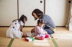 母と娘の日本のスタイルのお部屋で、ご自宅でも stock photo