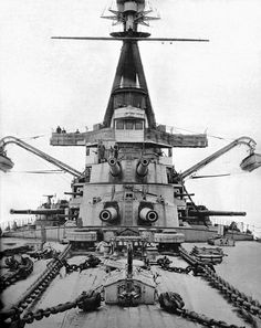 Minas Geraes seen from the bow; the wing turrets are on either side of the superstructure.[XVIII]