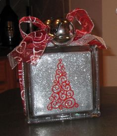 Paper Crafting Chic: Glass Blocks & Glitter - The Final Project & Glitter Ornaments Christmas Glass Blocks, 3d Christmas, Christmas Projects, Christmas Ideas, Decorative Glass Blocks, Lighted Glass Blocks, Painted Glass Blocks, Vinyle Cricut, Cricut Vinyl