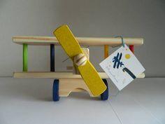 Avião de madeira para centro de mesa dos convidados ou decoração de festa ou quarto ou sala ou escritório.  É recomendado para mesas maiores (8 ou 6 lugares).  Quantidade mínima: 4 unidades  Medidas: - 26 cm de comprimento; - 24 cm de largura (asa); - 12 cm de altura.  Você compra o avião e ganha a tag com imagem do Pequeno Príncipe ou festa Aviação e o cordão para amarrar, assim o seu centro de mesa fica completo.  Peça artesanal feita em madeira, pode apresentar variações de tons da…
