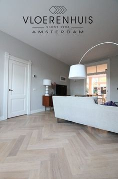Visgraat parketvloer met band zonder bies. Eiken verouderde lichte parket vloer in Amsterdam. Interior Design Living Room, Home Interior Design, Home And Living, New Homes, House, Interior Design, Floor Design, House Interior, Home Deco