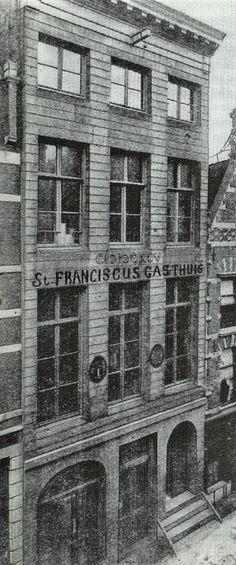 """26 mei 1892 werdt het St. Franciscus Gasthuis geopend in dit pand op de 2e verdieping op de de """"Oppert"""", met !2 bedden en 5 augustinneszusters. op de begane grond bevond zich een distilleerderij en op de 1e verdieping een huisarts en een cigarenmaker. Het Sint Franciscus werd later het 'hoofdkwartier' van de verzetsgroep Franciscus. In de Kelders werd onder andere het verzetskrant De Wacht gedrukt."""